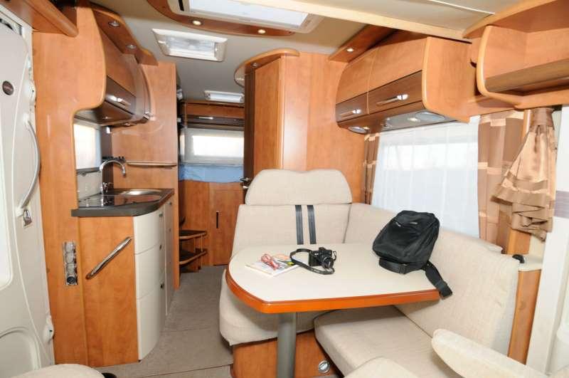 Carthago c compactline i 138 prova on the road camper life - Blocco cucina 160 cm ...