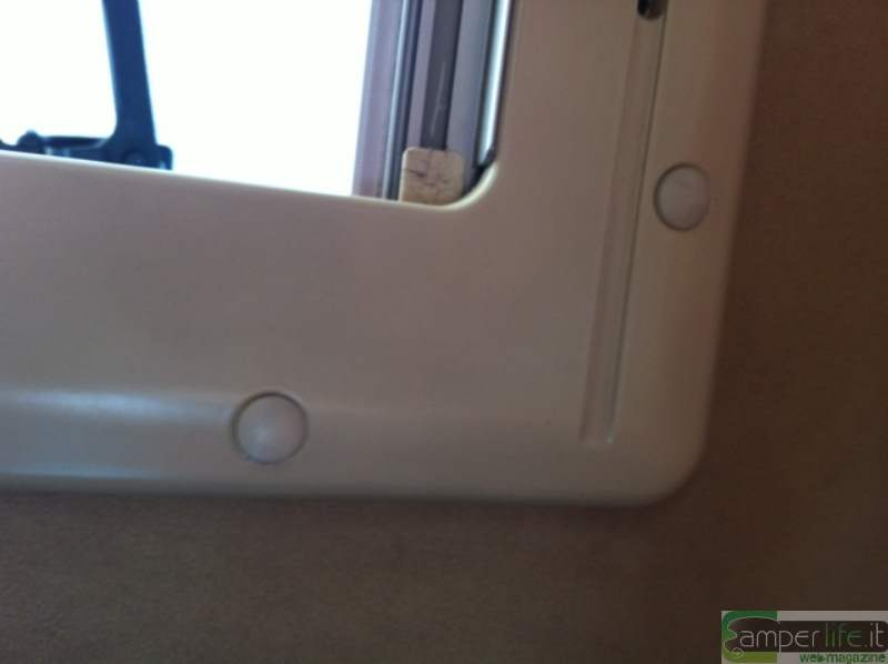Sostituzione della zanzariera su finestra seitz camper life - Smontare maniglia finestra senza viti ...