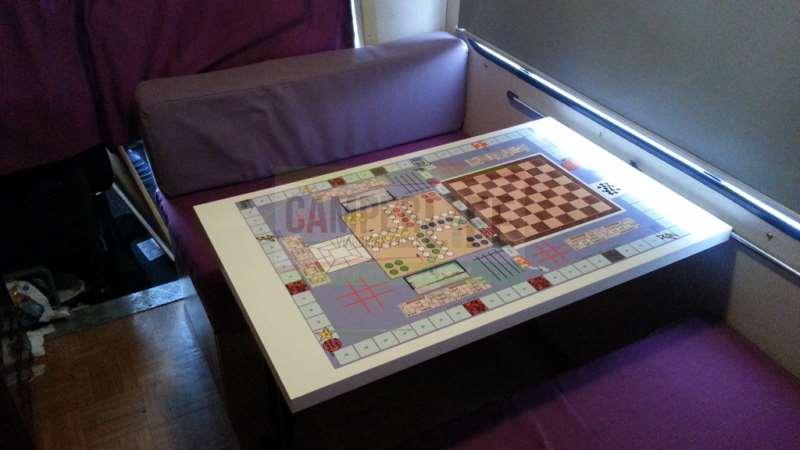 Il tavolo da gioco in camper camper life for Portacellulare da tavolo fai da te