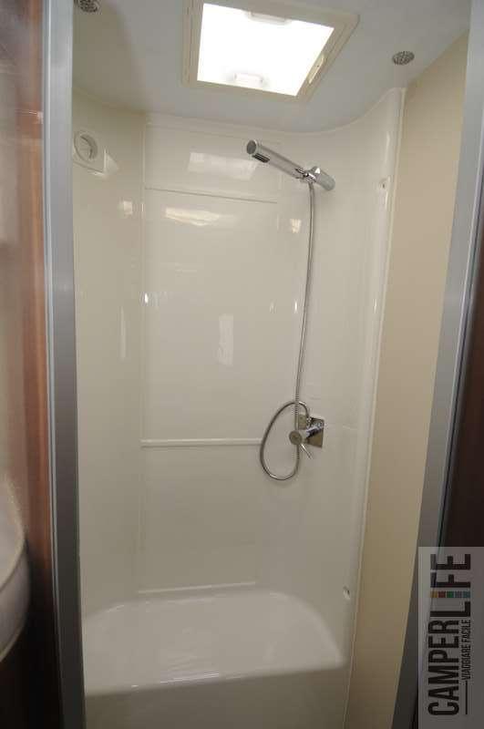 Bagno con doccia davanti alla finestra forum arredamento - Doccia con finestra dentro ...